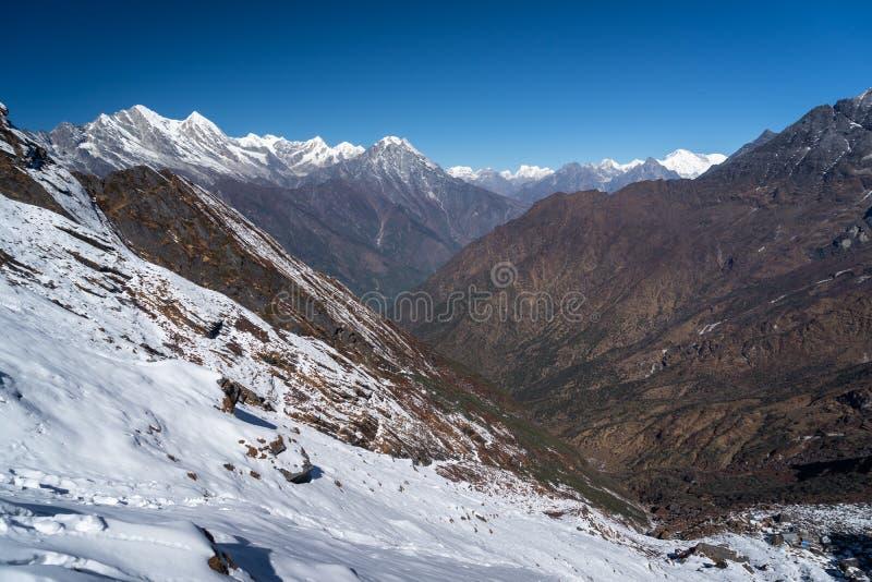De berglandschap van Himalayagebergte van Zatra-de pas van La in Everest regio stock foto's