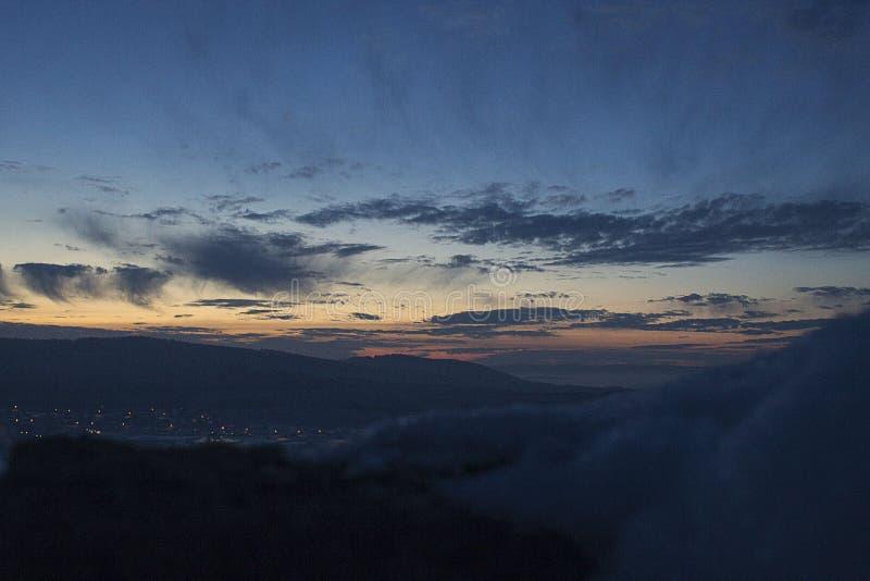 De berglandschap van zonsondergangural royalty-vrije stock afbeelding