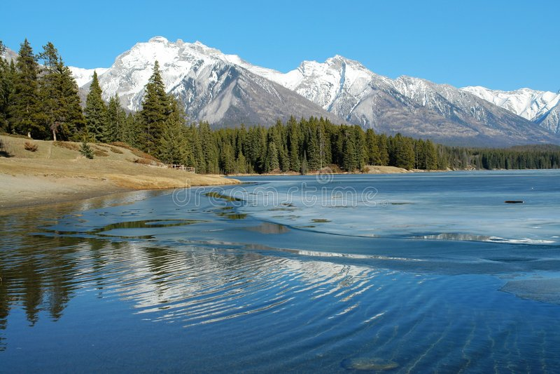 De bergmeer van de lente royalty-vrije stock afbeelding