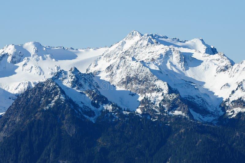 De bergpieken van de sneeuw royalty-vrije stock foto's