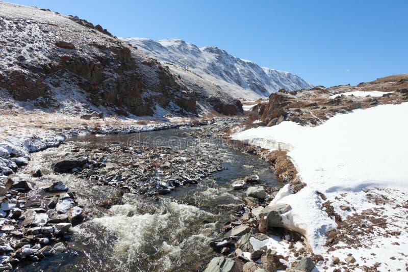 Download De bergrivier stock foto. Afbeelding bestaande uit sneeuw - 39116238