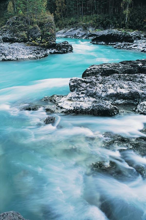 De bergrivier. stock afbeelding