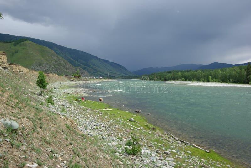 De bergrivier in de bergen Stroom door de kloof de rivier Stenen en rotsachtig land dichtbij de rivier Mooie berg royalty-vrije stock afbeelding