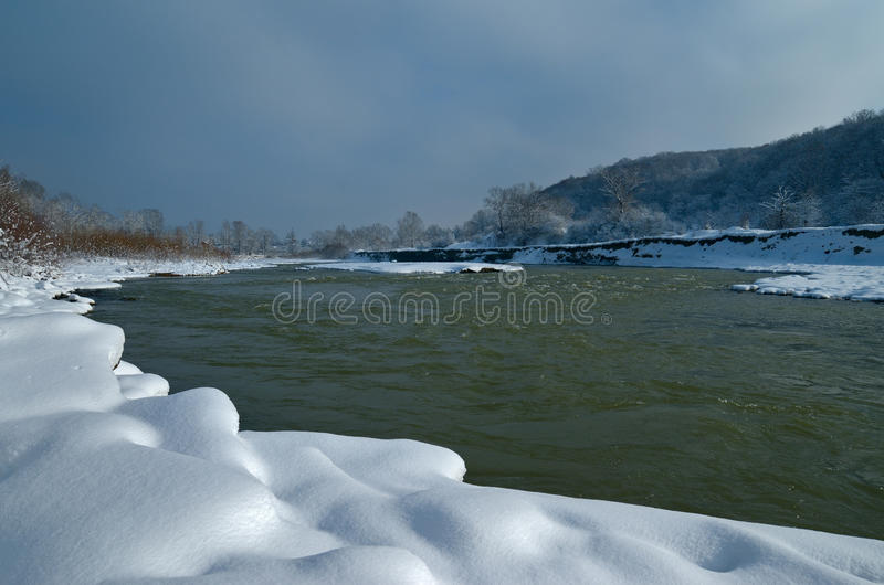 De bergrivier in de de winterdag Mooie Mening stock afbeeldingen