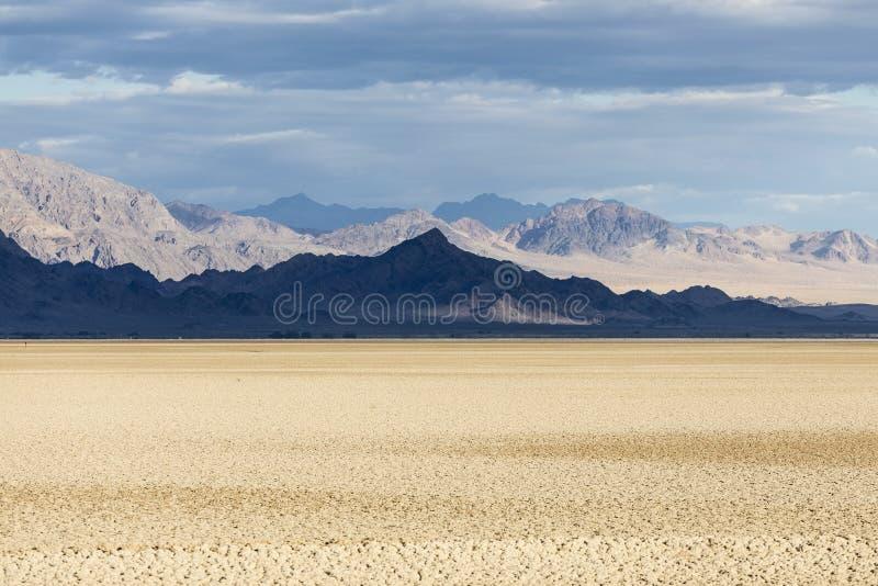 De Bergschaduwen van het Mojave Nationale Domein en Droog Meer stock foto's