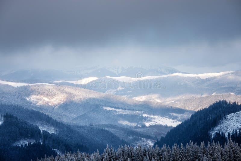 De bergvallei van de winter stock afbeelding