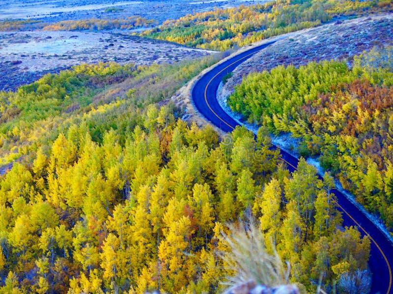 De Bergweg van de dalingskleur royalty-vrije stock foto