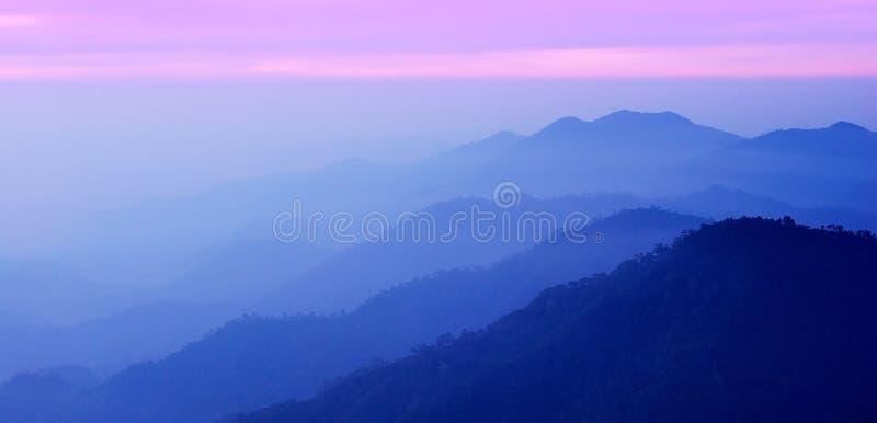 De bergzonsondergang van het panorama stock afbeeldingen