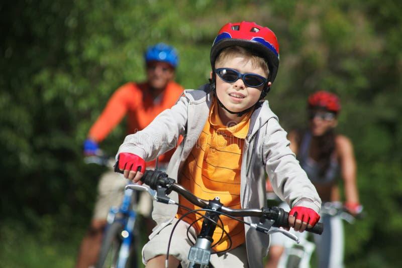 De berijdende fiets van de jongen stock afbeelding