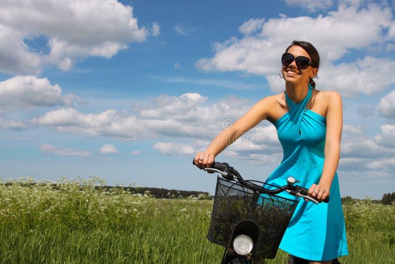 De berijdende fiets van de vrouw stock afbeelding