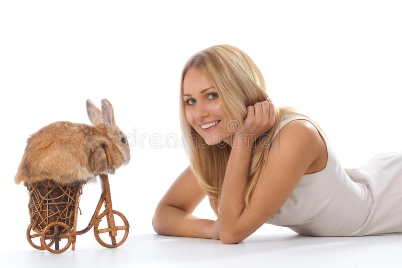 De berijdende fiets van het konijn aan jonge vrouw royalty-vrije stock afbeeldingen