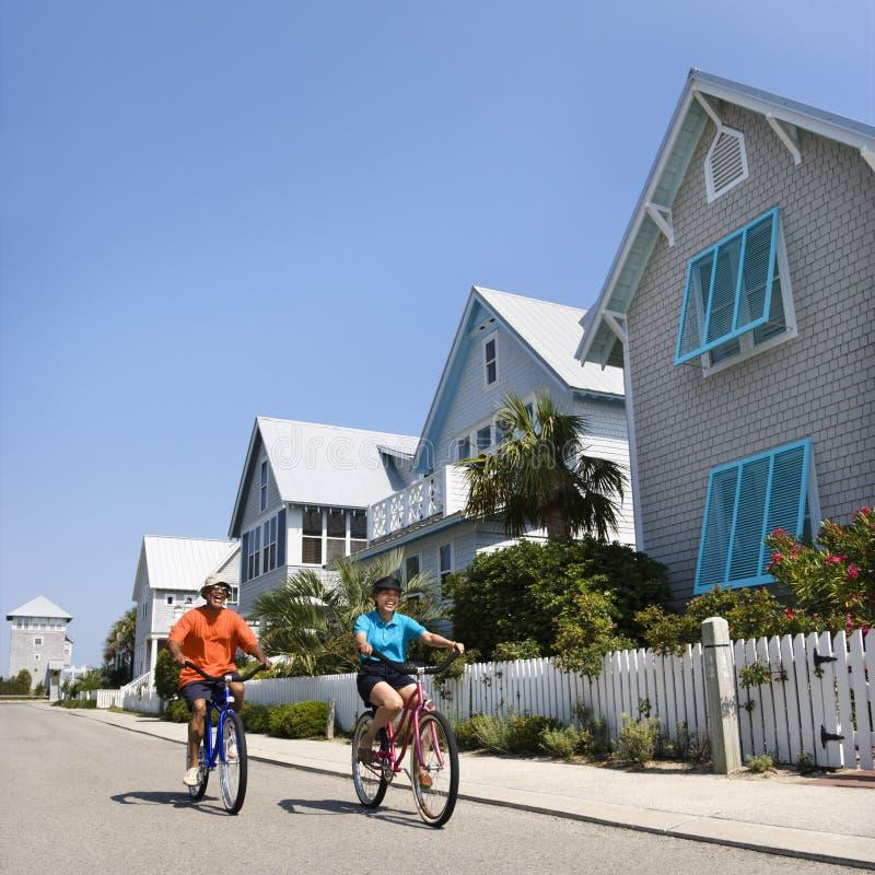 De berijdende fietsen van het paar. stock foto's