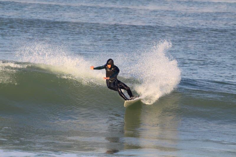 De berijdende golf van Surfer stock fotografie