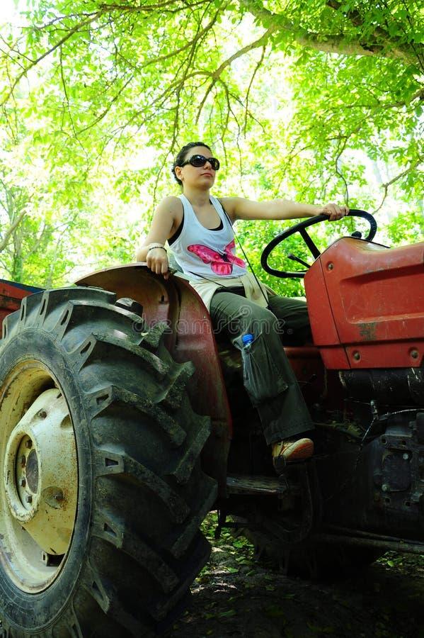 De berijdende tractor van de vrouw stock foto