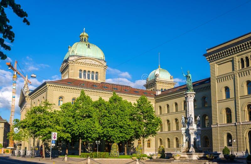 De Bernabrunnen-fontein en het Bundeshaus-paleis in Bern royalty-vrije stock fotografie