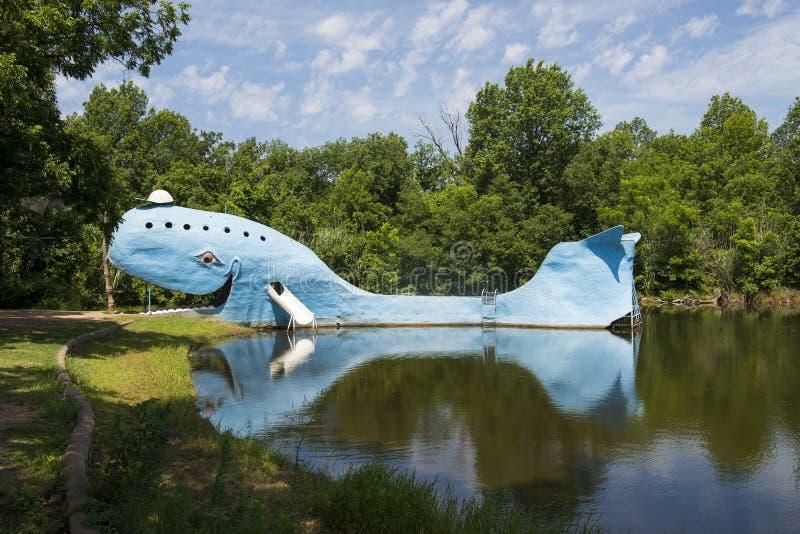 De beroemde Blauwe vinvis van weg zijaantrekkelijkheden van Catoosa langs historisch Route 66 in de Staat van Oklahoma, de V.S. royalty-vrije stock foto