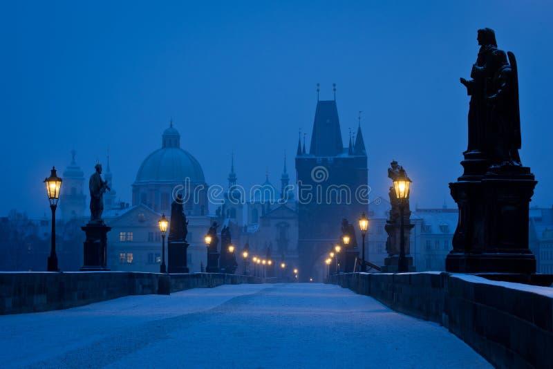 De beroemde brug van Praag Charles leeg bij blauw uur royalty-vrije stock foto's