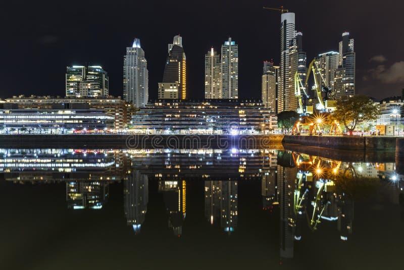De beroemde buurt van Puerto Madero in Buenos aires, Argentinië bij nacht stock afbeelding