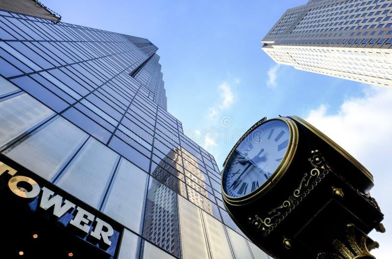De beroemde die Toren van de meningsf Troef en de klok de Stad in van Manhattan, New York wordt gezien stock afbeeldingen