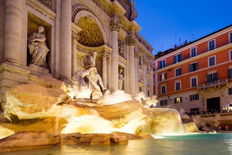 De beroemde die Trevi Fontein bij nacht in Rome wordt verlicht stock fotografie