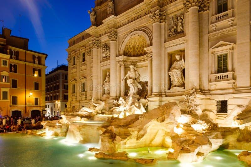 De beroemde die Trevi Fontein bij nacht in Rome wordt verlicht royalty-vrije stock foto