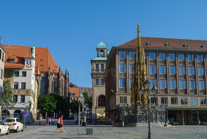 De beroemde fontein van Schoener Brunnen bij Hauptmarkt-vierkant in Nurnber stock afbeeldingen