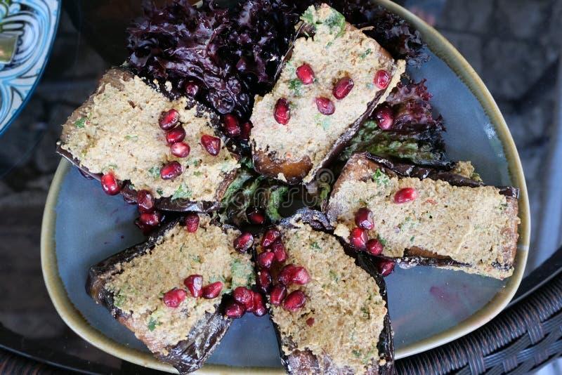 De beroemde Georgische schotel is gebraden die aubergines met noten en kaas met granaatappelkorrels wordt bestrooid op bovenkant royalty-vrije stock foto's