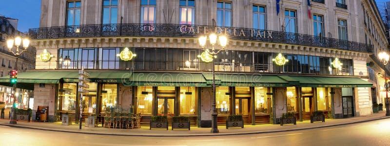 De beroemde koffie DE La Paix bepaalde van dichtbij operahuis de plaats - Garnier-paleis in Parijs, Frankrijk Het was ingehuldigd royalty-vrije stock foto