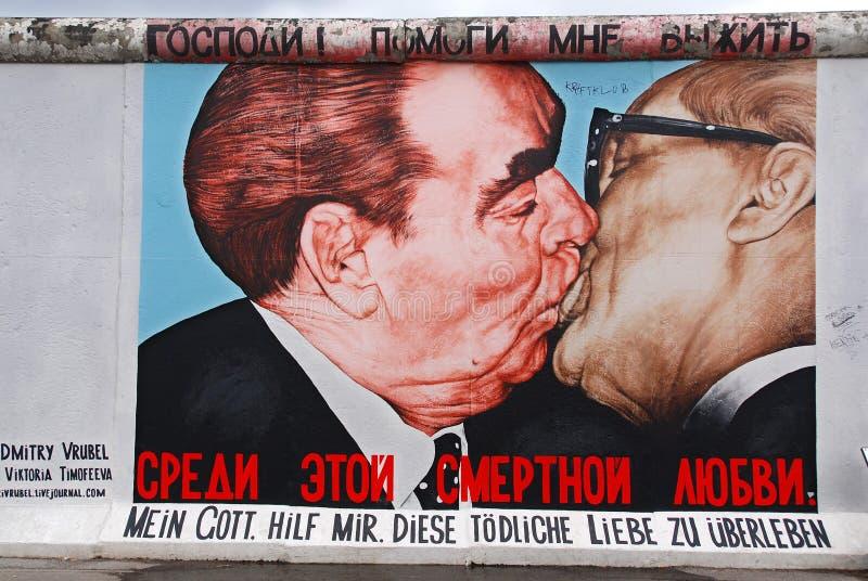 De beroemde kus tussen Honecker en Brezhnev stock afbeelding