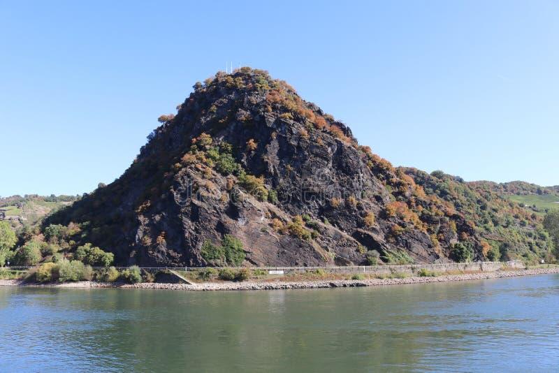 De beroemde Loreley-rotsvorming op een zonnige dag stock afbeelding