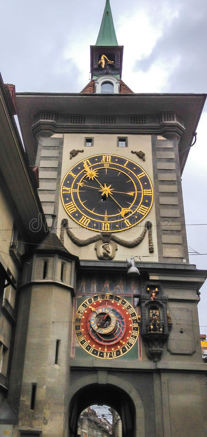 De beroemde middeleeuwse Astronomische klokketoren van Zytglogge in het midden van oude stad van Bern, Zwitserland, Europa stock afbeelding