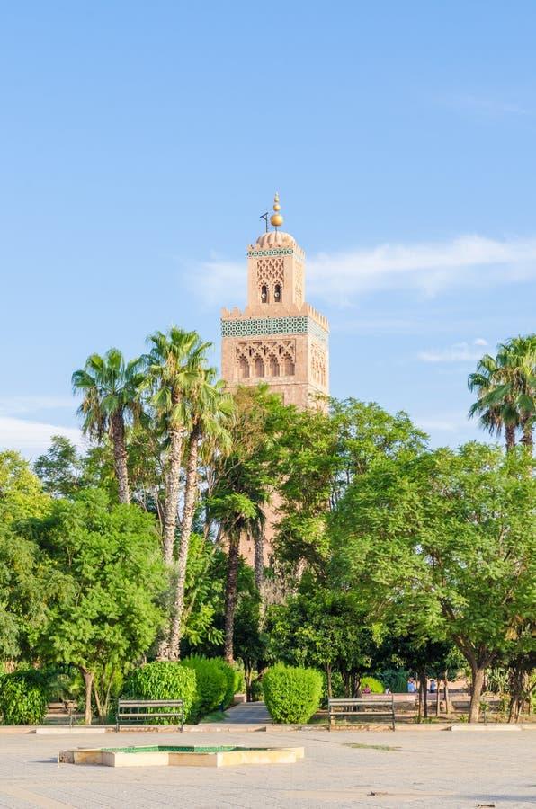 De beroemde Moskee van Koutoubia of Kutubiyya-met groene palm tuiniert in voorgrond, Marrakech, Marokko, Noord-Afrika stock foto's