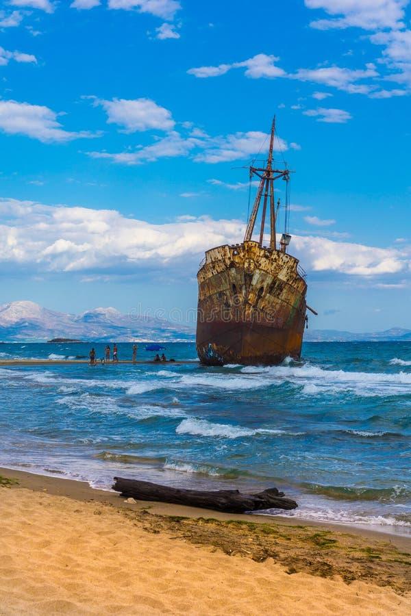 De beroemde, oude en roestige schipbreuk Agios Dimitrios in Gythio van de Peloponnesus in Griekenland stock afbeelding