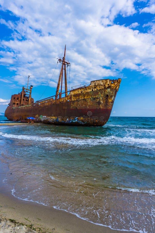 De beroemde, oude en roestige schipbreuk Agios Dimitrios in Gythio van de Peloponnesus in Griekenland stock foto's