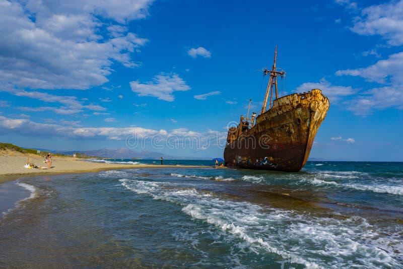 De beroemde, oude en roestige schipbreuk Agios Dimitrios in Gythio van de Peloponnesus in Griekenland royalty-vrije stock foto's