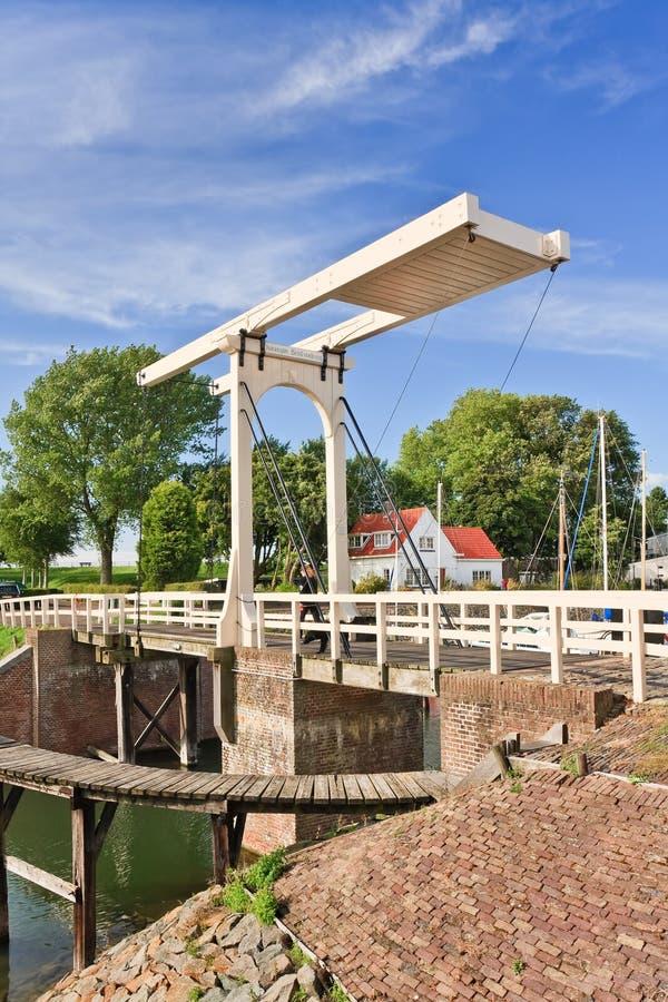 De beroemde oude Koninginbeatrix brug in Veere, Nederland royalty-vrije stock foto's