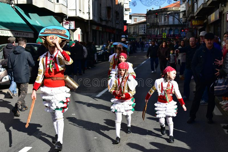 De beroemde parade van Carnaval en van de straat in Verin met cigarronskostuums Ourense Provincie, Galicië, Spanje 24 Februari 20 stock foto