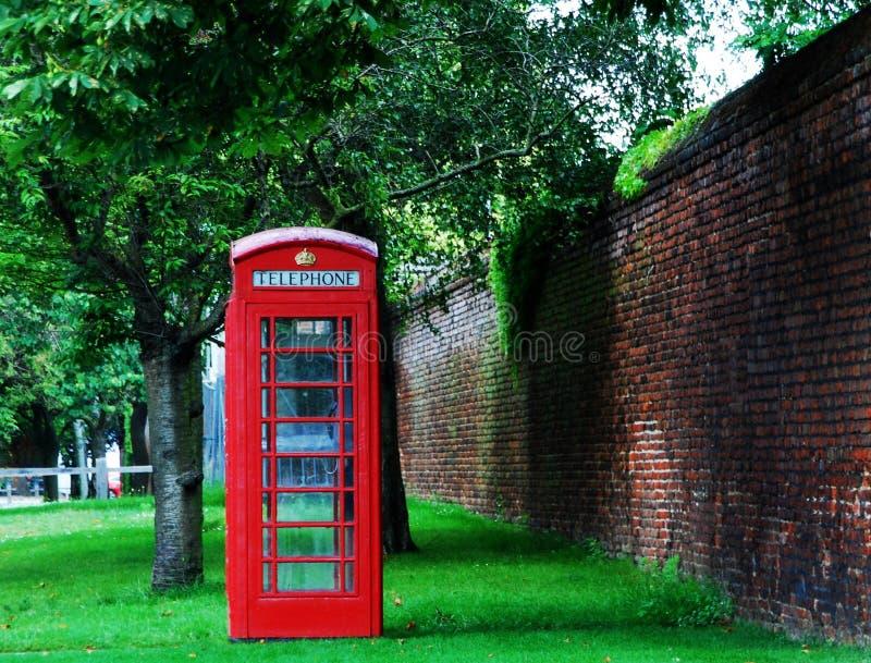De beroemde rode telefooncel in Londen royalty-vrije stock afbeeldingen
