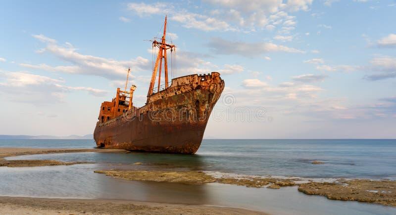 De beroemde schipbreuk bij Valtaki-strand dichtbij Gytheio, de Peloponnesus, Griekenland royalty-vrije stock afbeeldingen