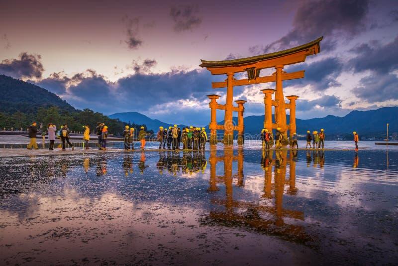 De beroemde toriipoort van het Itsukushima-Heiligdom stock afbeeldingen