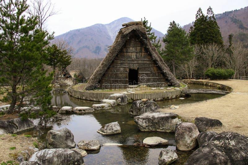 De beroemde traditionele gassho-zukuriboerderijen shirakawa-gaan binnen dorp, Japan stock fotografie