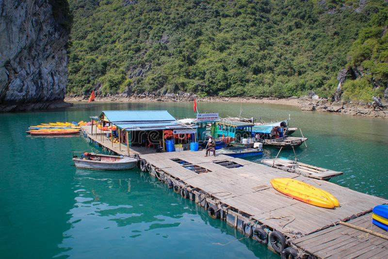De beroemde Unesco-erfenisplaats Ha snakt Baai en drijvend dorp met gezellig ouderwetse klippen, turkoois water, boten en authent royalty-vrije stock afbeeldingen