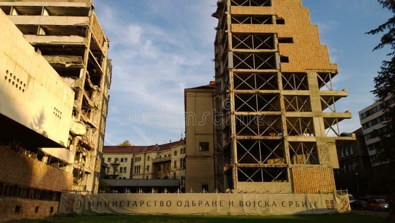 De beroemde vernietigde bouw van het Ministerie van defensie in Centraal Belgrado bij zonsondergang stock foto