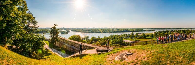 De beroemde vesting in Belgrado, complex gevestigd op de heuvel met toneel panoramische cityscape mening Toeristen die reizen en royalty-vrije stock fotografie