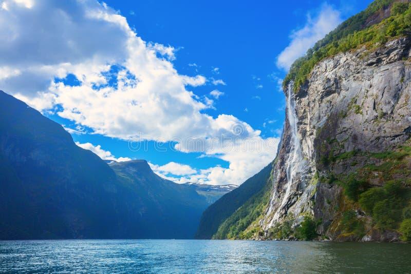 De beroemde watervallen van de Geirangerfjord, toegankelijk slechts van water Geirangerfjord, Noorwegen royalty-vrije stock foto's