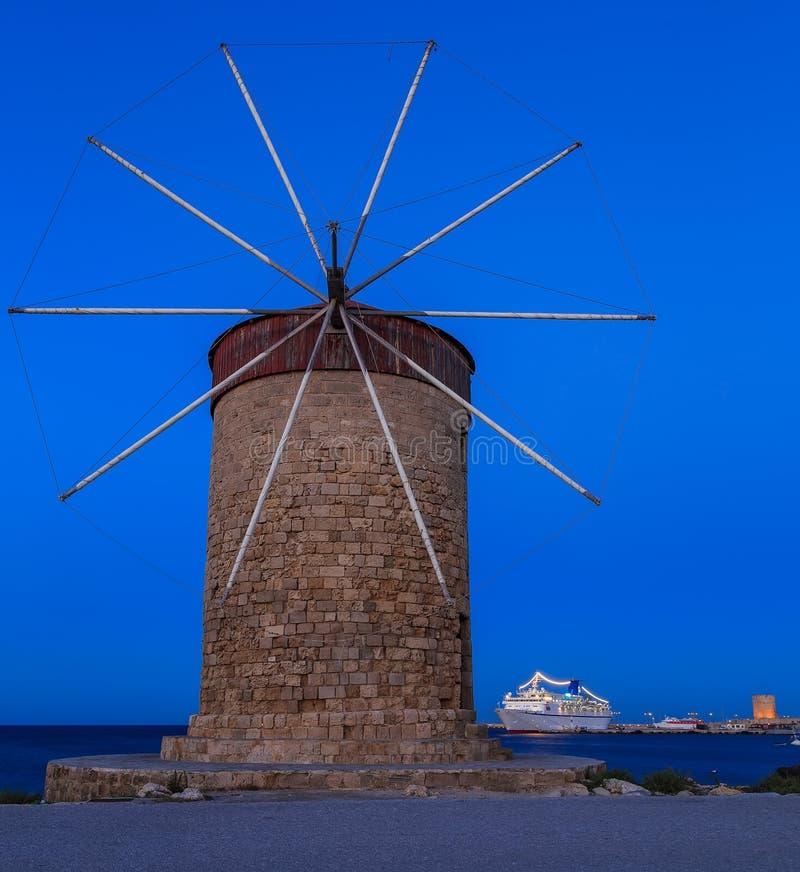 De beroemde windmolens bij Mandraki-Haven, Rhodes Greece stock fotografie