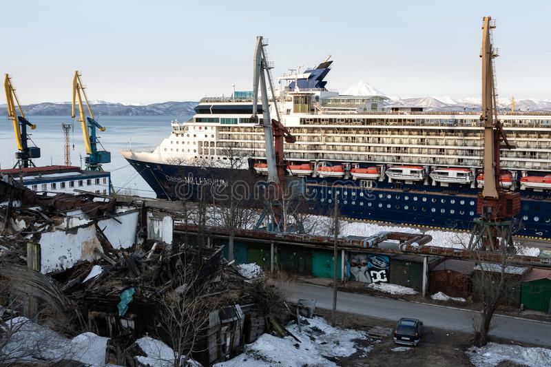 De Beroemdheidsmillennium van de cruisevoering bij mis?reru?nes van huis op kust stock afbeelding