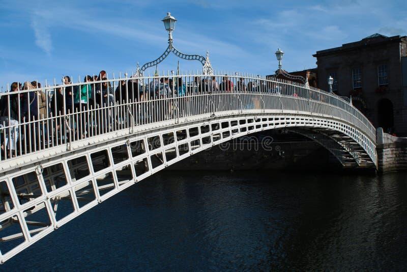 De beroemdste brug in Dublin riep ` Halve stuiverbrug ` in Ierland stock foto's