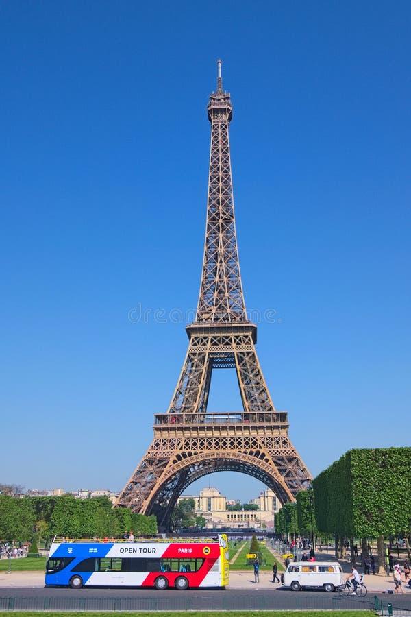 De beroemdste Toren in de toren World De Toren van Eiffel tegen de blauwe hemel Is de Open Reis van Parijs de toeristische busdie royalty-vrije stock afbeeldingen