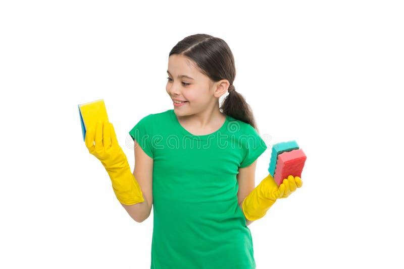 De beschermende handschoenen van de meisjesslijtage voor het schoonmaken van de witte achtergrond van greepsponsen Huishoudenplic stock foto
